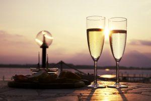Aperitivo in riva al mare con il vino bianco